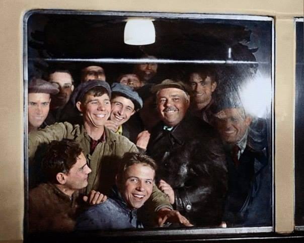 Фото: Иван Шагин, Метростроевцы - первые пассажиры московского метро, 1935 год